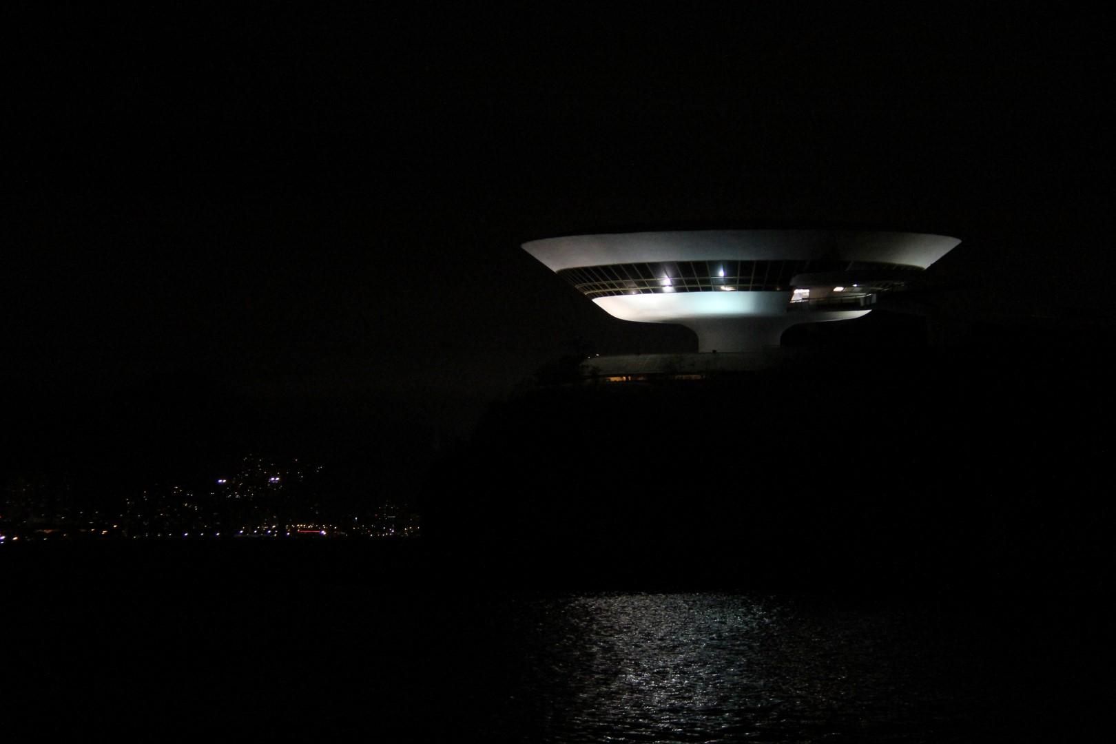 MAC pela noite... Lindo desenho de Niemeyer